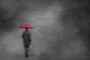 Przed smutkiem chronię się pod parasolem