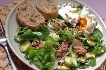 Sałatka z tuńczykiem, awokado, jajkiem w koszulce i pestkami słonecznika
