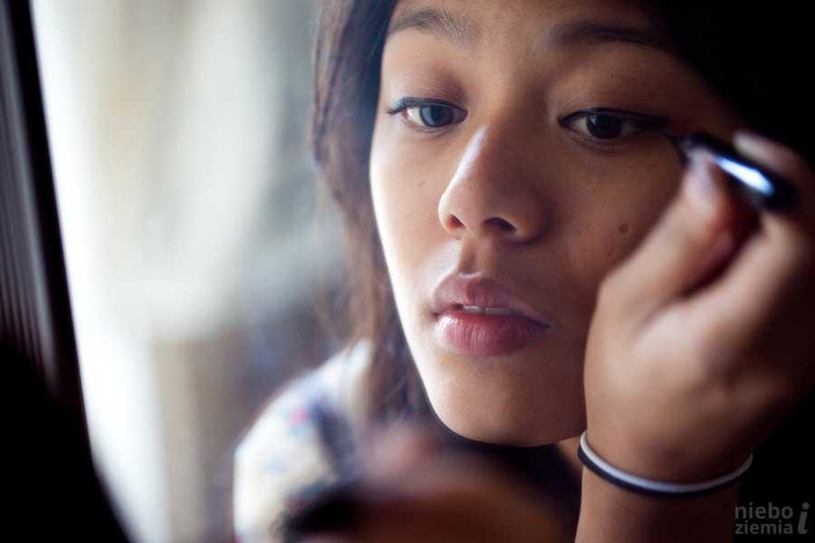 Chcę zmyć makijaż. Historia ofiary handlu ludźmi.