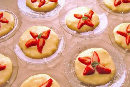 Domowy budyń z truskawkami